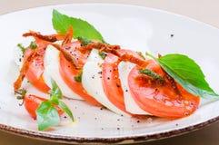 Caprese沙拉或水牛城无盐干酪用蕃茄 库存图片