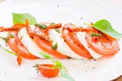 Caprese沙拉或水牛城无盐干酪用蕃茄 图库摄影