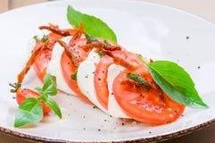 Caprese沙拉或水牛城无盐干酪用蕃茄 免版税库存照片
