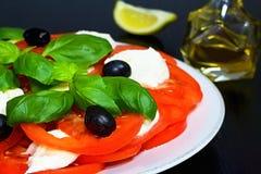 caprese沙拉 意大利传统caprese沙拉成份 bufala食物意大利地中海无盐干酪 意大利沙拉 库存图片