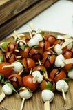Caprese沙拉-沙拉用蕃茄、无盐干酪乳酪、蓬蒿,芦笋和芳香抚人 色拉调味品用Pesto调味汁 免版税库存图片