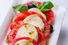 caprese沙拉 蕃茄用无盐干酪 图库摄影