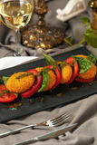 Caprese蕃茄和烤乳酪 免版税库存照片