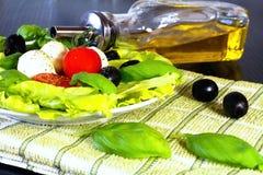 caprese салат caprese классицистический салат Итальянские традиционные caprese ингридиенты салата mozzarella еды bufala итальянск стоковые фото