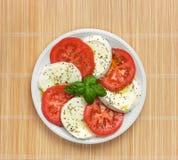 Caprese com tomate e manjericão imagem de stock