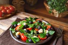 Caprese con la mozzarella, los tomates, la albahaca y las aceitunas Ensalada italiana clásica Imagen de archivo libre de regalías