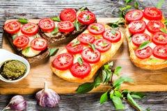Caprese czosnku Ciabatta chleba gorące grzanki z mozzarella serem, Fotografia Stock