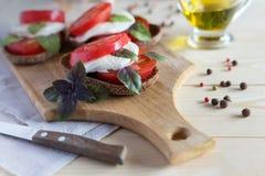 Caprese en rebanadas del pan con aceite de oliva Imágenes de archivo libres de regalías