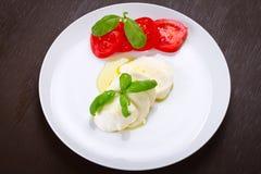 Caprese - formaggio italiano della mozzarella con i pomodori Immagini Stock