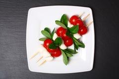 Caprese-Salat auf Stöcken Stockfoto