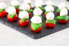 Caprese Salat Aufsteckspindeln mit Tomate und Mozzarella mit Basilikum Stockfotos