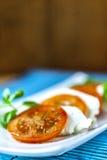 Caprese-Salat mit blauer Matte stockfoto