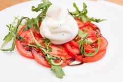 Caprese-Salat mit Burrata Lizenzfreies Stockfoto