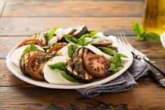 Caprese-Salat mit gegrillter Aubergine Stockfotos