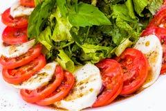Caprese-Salat mit Gewürzen und Kräutern stockfotografie