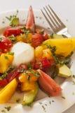 Caprese-Salat mit Käse, Tomate und Avocado Lizenzfreie Stockfotos