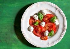 Caprese-Salat mit Mozzarellakäseperlen lizenzfreie stockbilder