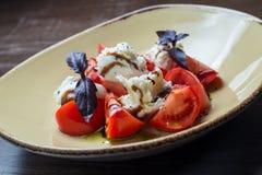 Caprese-Salat - mit Tomaten, Mozzarella-Käse Stockbilder