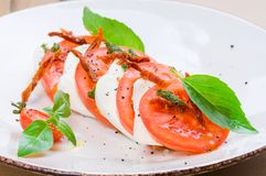 Caprese-Salat oder Büffelmozzarella mit Tomaten Lizenzfreie Stockfotos