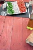 Caprese-Salat unten übrig geblieben Stockfotos