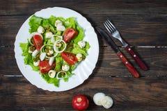 caprese sallad Körsbär-tomater behandla som ett barn spenat och mozzarellaen i metallbunke med pestodressingen på den lantliga tr Arkivbilder