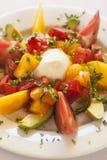 Caprese sallad med ost, tomaten och avokadot Arkivbild