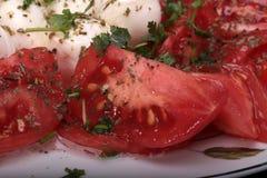 Caprese sallad med tomater, mozzarellaen och örter Arkivbilder