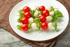 Capresesalade - kebab met tomaat, mozarella en basilicum, Italiaanse keuken en gezond vegetarisch dieet op een donkere achtergron stock afbeelding