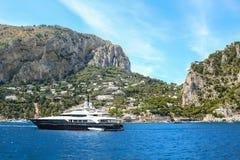 capri城市重创的海岛意大利留给海滨广场monte全景半岛sorrentina南tiberio视图 库存照片