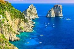Capri ö, strand och Faraglioni klippor, Italien, Europa Arkivbild