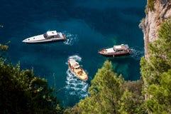CAPRI, ΙΤΑΛΊΑ †«στις 11 Σεπτεμβρίου 2014: Τρεις βάρκες που ελλιμενίζονται για ένα Si Στοκ Φωτογραφίες
