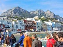 Capri, Νάπολη, Ιταλία Οι άνθρωποι που προέρχονται κάτω από το πορθμείο έφθασαν από τη Νάπολη Στοκ φωτογραφία με δικαίωμα ελεύθερης χρήσης