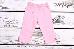 Capri di allungamento di rosa della ragazza del bambino Fotografie Stock