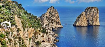 Capri-eiland met Faraglioni-klippen, Italië royalty-vrije stock foto