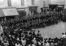 CAPRI, ITÁLIA, 1931 - as autoridades da cidade guardam uma cerimônia pública no Piazzetta famoso di Capri com a juventude fascist imagem de stock