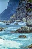 CAPRI, ITÁLIA, 1969 - as ondas quebram nas rochas da costa de Capri em um dia de verão ensolarado foto de stock