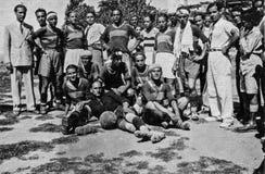 Capri, Itália, 1934 - os jogadores de Fuorigrottese levantam após uma reunião do salvamento do futebol em Capri imagem de stock royalty free