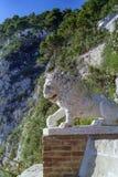 CAPRI, IT?LIA, 1967 - um le?o de m?rmore olha sobre o parque dos jardins de Augustus em Capri imagens de stock royalty free