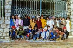 CAPRI, ITALIË, 1987 - een groep schoolkinderen glimlacht, bij een straat in Capri, in de warme de winterzon begin hun schooldag royalty-vrije stock afbeelding