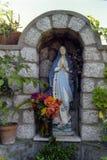 CAPRI, ITALIË, 1983 - een klein standbeeld van de Madonna zegent voorbijgangers langs een straat in Anacapri royalty-vrije stock afbeelding