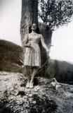 Capri, Italië, 1932 - een meisje glimlacht cheerfully op een de lentedag royalty-vrije stock afbeelding