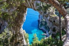 Capri Italië, eiland in een mooie de zomerdag, met faraglioni r Stock Fotografie