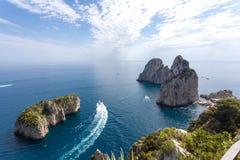 Capri Italië, eiland in een mooie de zomerdag, met faraglionirots die uit het overzees te voorschijn komen Stock Afbeelding