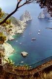 CAPRI, ITALIË, 1984 - Sommige boten leggen dichtbij Faraglioni in het glanzende overzees van Capri vast royalty-vrije stock fotografie