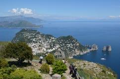 CAPRI, ITALIA, EL 8 DE MAYO DE 2014: Visión sobre la ciudad del capri tomada del punto de vista en el top de la colina Foto de archivo libre de regalías