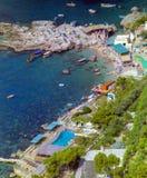 CAPRI, ITALIA, 1965 - los barcos oscilan suavemente en el azul, mar reservado de Marina Piccola fotografía de archivo libre de regalías