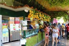 CAPRI, ITALIA - 4 LUGLIO 2018: il chiosco del gelato del limone con il mazzo di limone fresco ed i turisti che comprano il limone fotografia stock