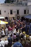 CAPRI, ITALIA, MAYO DE 1974 - la estatua de San Costanzo, santo patrón de la isla, cruza el Piazzetta de Capri en la procesión fotos de archivo