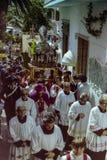 CAPRI, ITALIE, 1974 - le cortège traditionnel de San Costanzo avec la statue du saint court par les rues de Capri photo stock