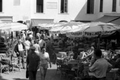 CAPRI, ITALIE, 1958 - les touristes flânent dans le Piazzetta célèbre ou détendent le moment se reposant aux tables de barre image libre de droits